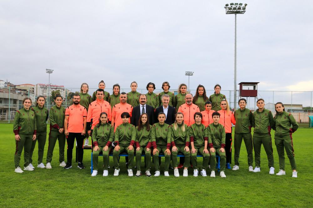 Trabzonspor kadın futbol takımına başkan Ahmet Ağaoğlu'ndan ziyaret
